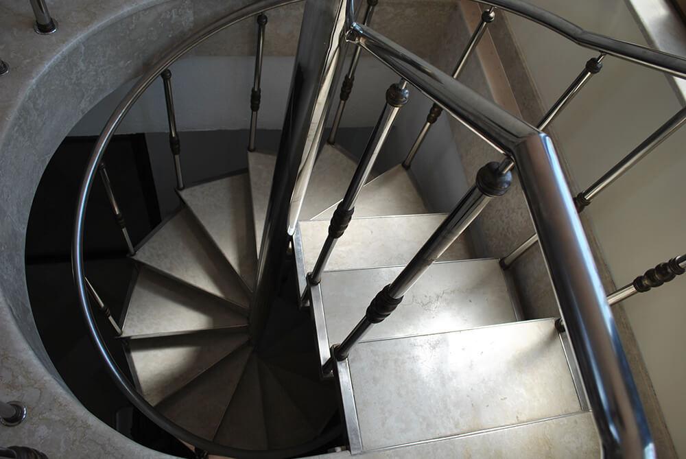 Scara circulara cu trepte din marmura