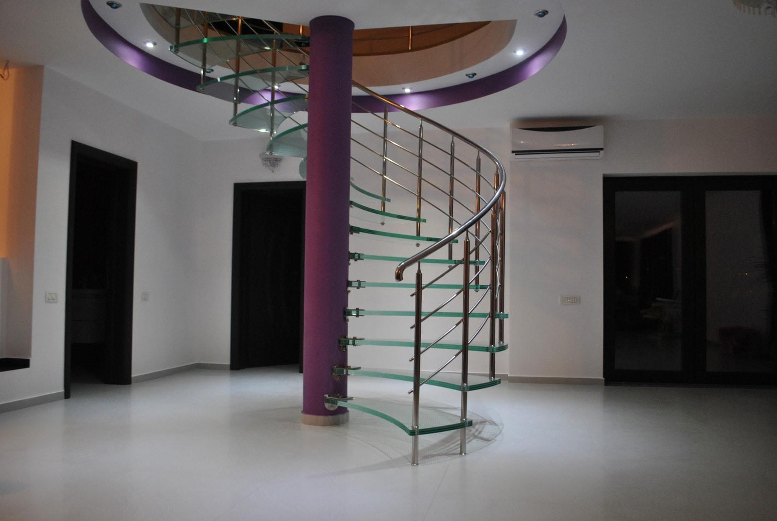 Scara circulară cu trepte de sticlă