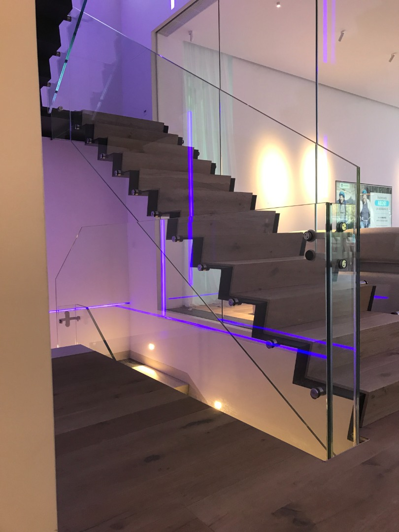 Scara oțel cu trepte de lemn și balustrada de sticlă - 2