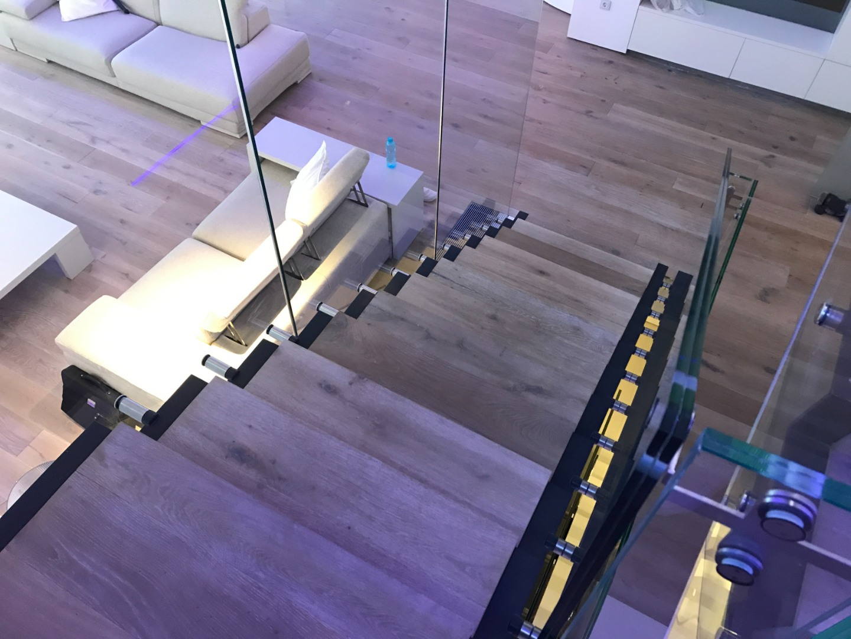 Scara oțel cu trepte de lemn și balustrada de sticlă - 4