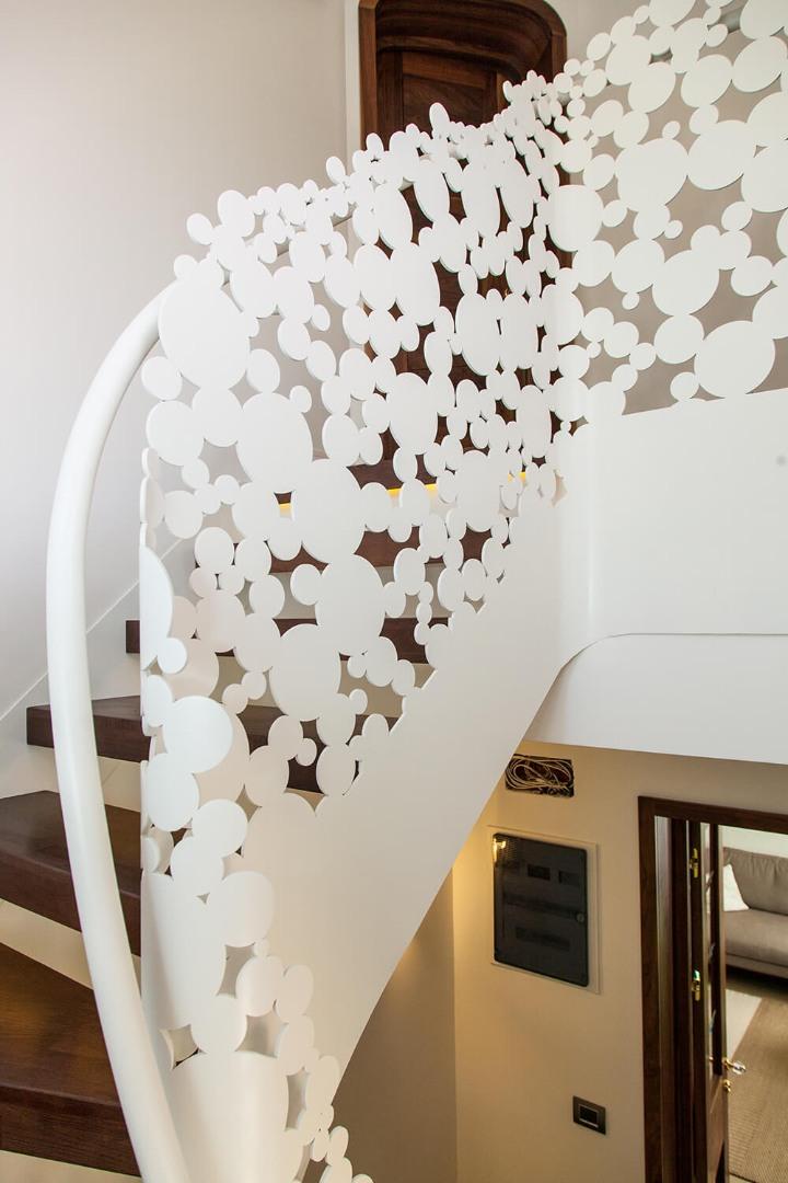 Scara cu trepte balansate din lemn, tip casetă,  și balustrada din oțel debitată laser - 3