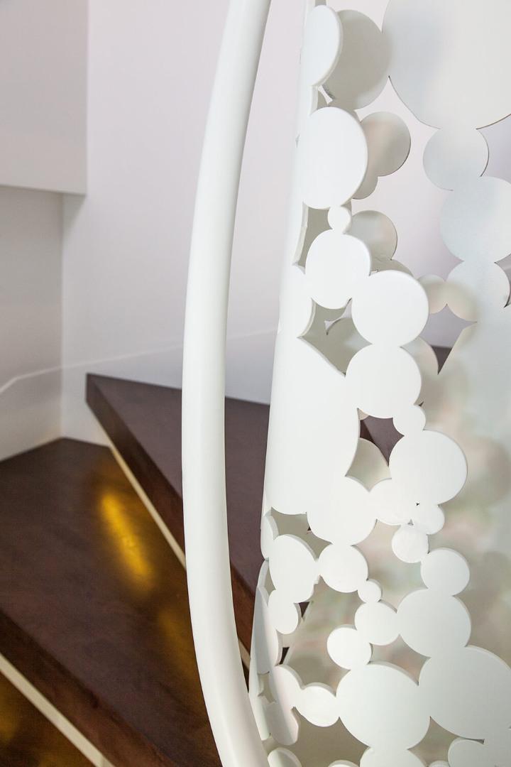 Scara cu trepte balansate din lemn, tip casetă,  și balustrada din oțel debitată laser - 7