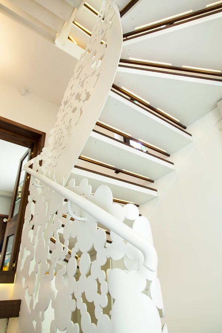 Scara cu trepte balansate din lemn, tip casetă,  și balustrada din oțel debitată laser - 2