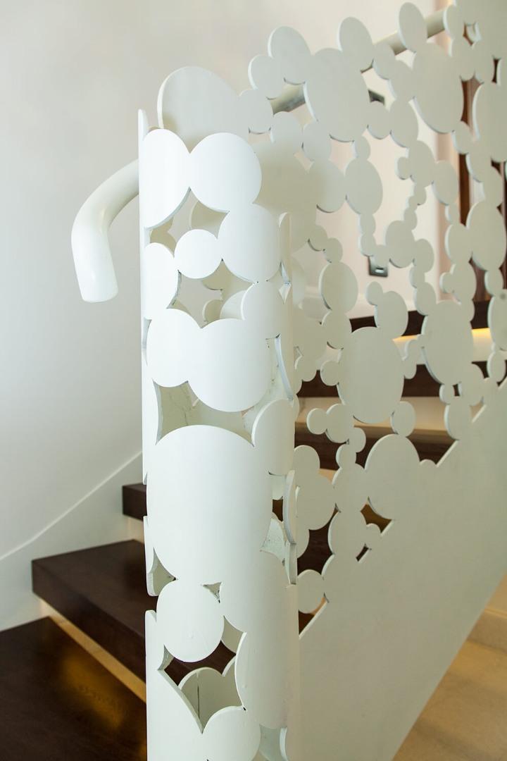 Scara cu trepte balansate din lemn, tip casetă,  și balustrada din oțel debitată laser - 8