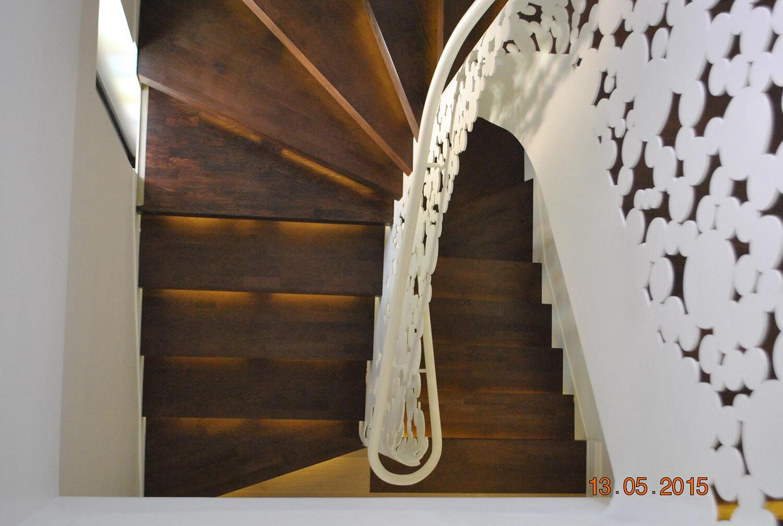 Scara cu trepte balansate din lemn, tip casetă,  și balustrada din oțel debitată laser - 6