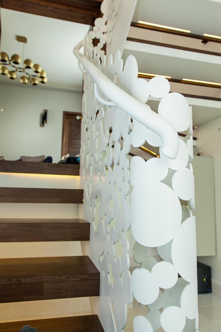 Scara cu trepte balansate din lemn, tip casetă,  și balustrada din oțel debitată laser - 9