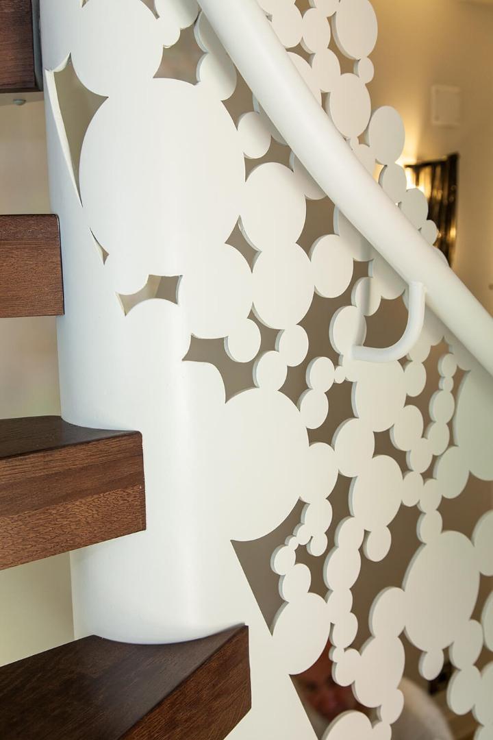 Scara cu trepte balansate din lemn, tip casetă,  și balustrada din oțel debitată laser - 10