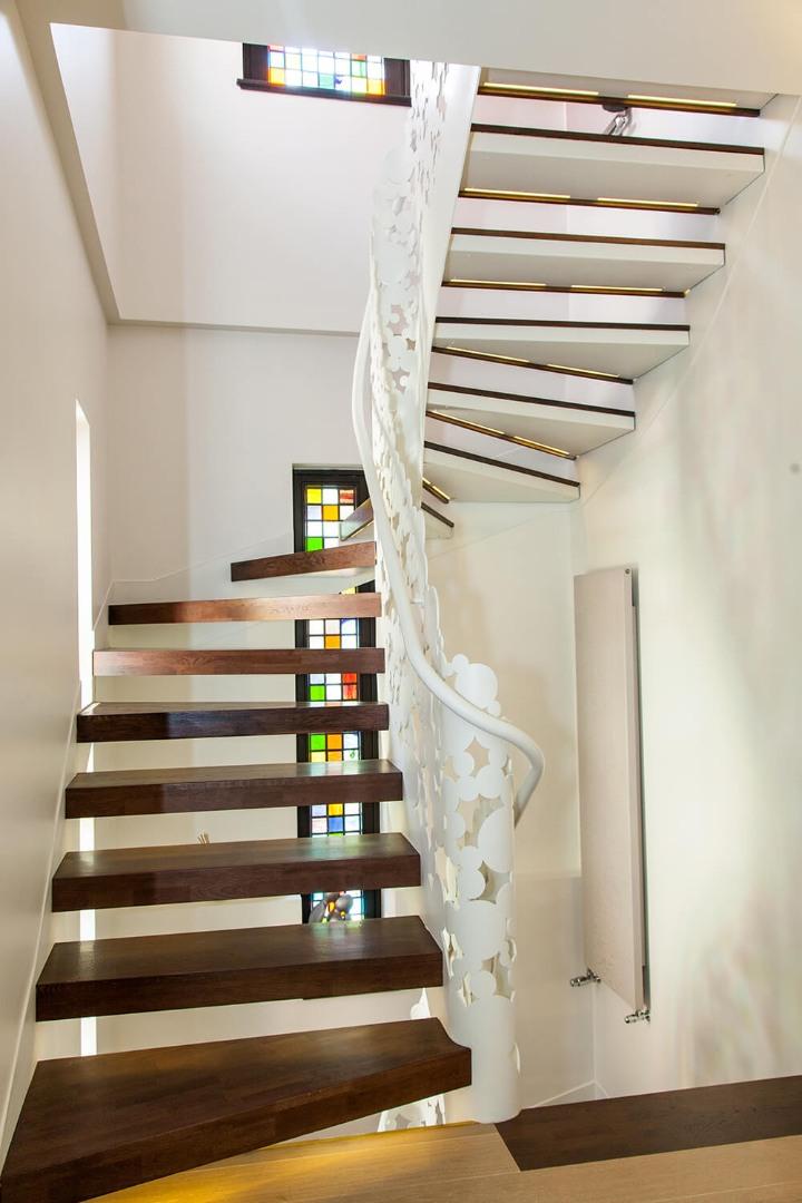 Scara cu trepte balansate din lemn, tip casetă,  și balustrada din oțel debitată laser
